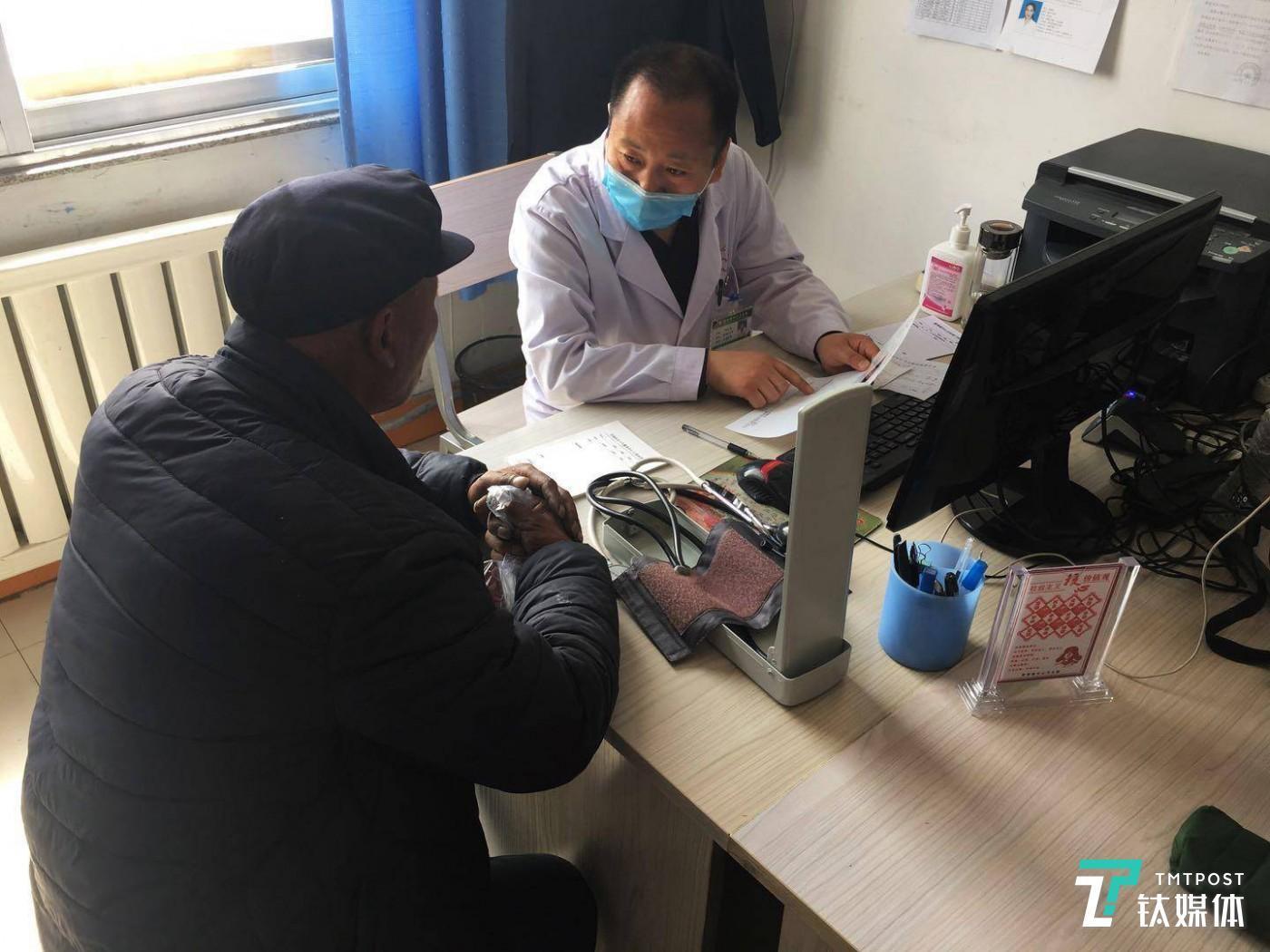4月3日下午三点,星海镇卫生院全科诊室内,杨小利大夫正在为病人诊断