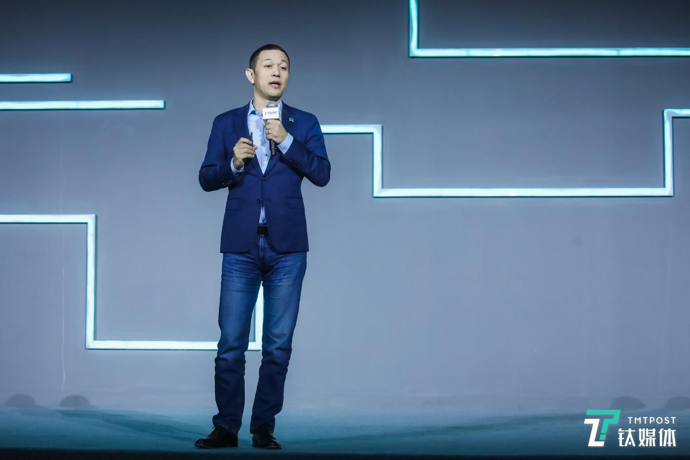 """12月6日,北京大兴星光视界中心,由钛媒体主办的2019T-EDGE全球创新大会上,蔚来汽车创始人兼董事长李斌发表演讲。蔚来汽车的2019年是如""""寒冬""""般的一年,销售量下降、连续亏损、股价下跌、高管离职,又遇到国内电动汽车补贴收紧,李斌被媒体称为""""2019年最惨的人""""。"""