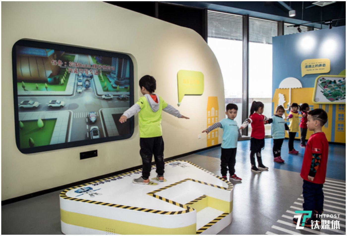 体感互动项目引导孩子来当交警 普及交通安全知识