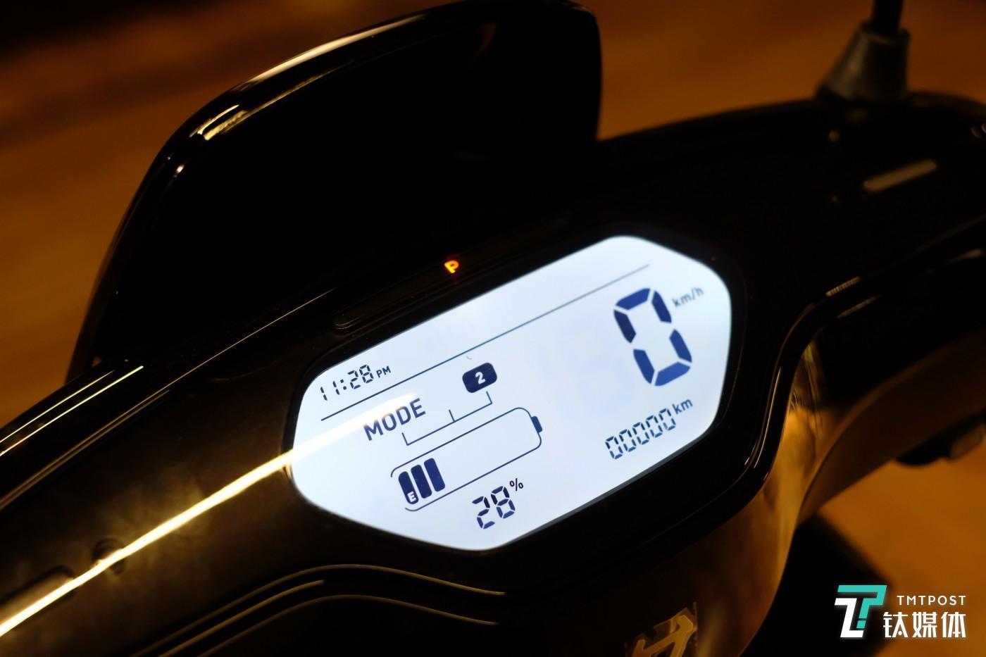 仪表盘显示数据包括时速、时间、电池电量