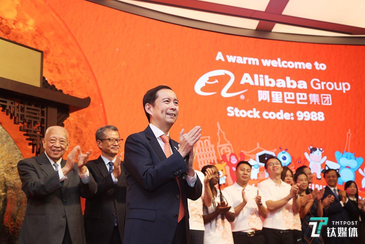 11月26日,阿里巴巴集团控股有限公司正式在香港交易所挂牌上市,成为首个同时在美股和港股两地上市的中国互联网公司。(图/视觉中国)