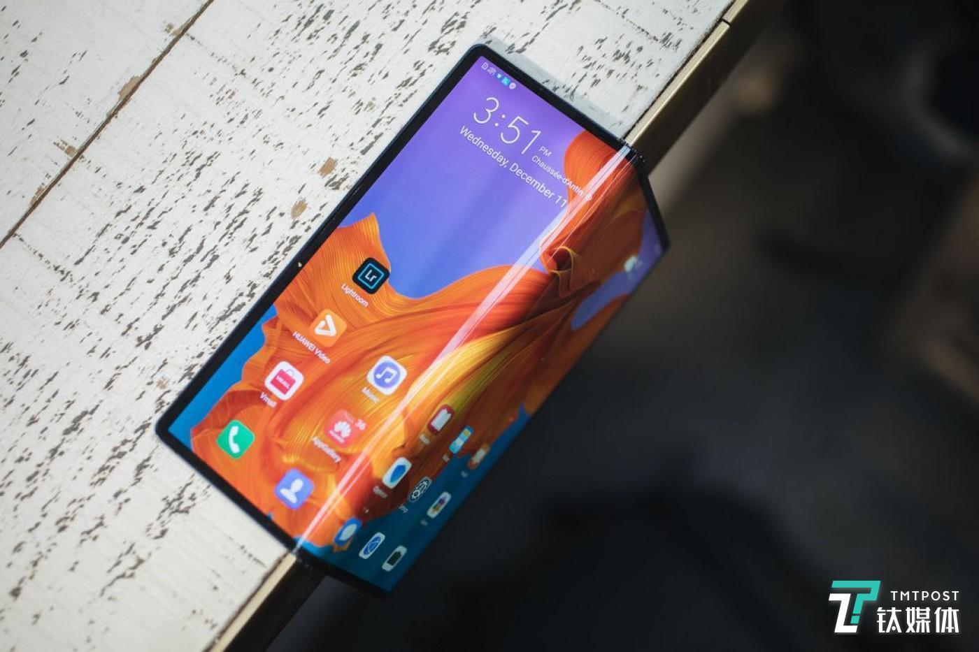 2月24日,2019世界移动通信大会,华为发布首款5G可折叠屏手机Mate X。(图/ Andrew Hoyle CNET)