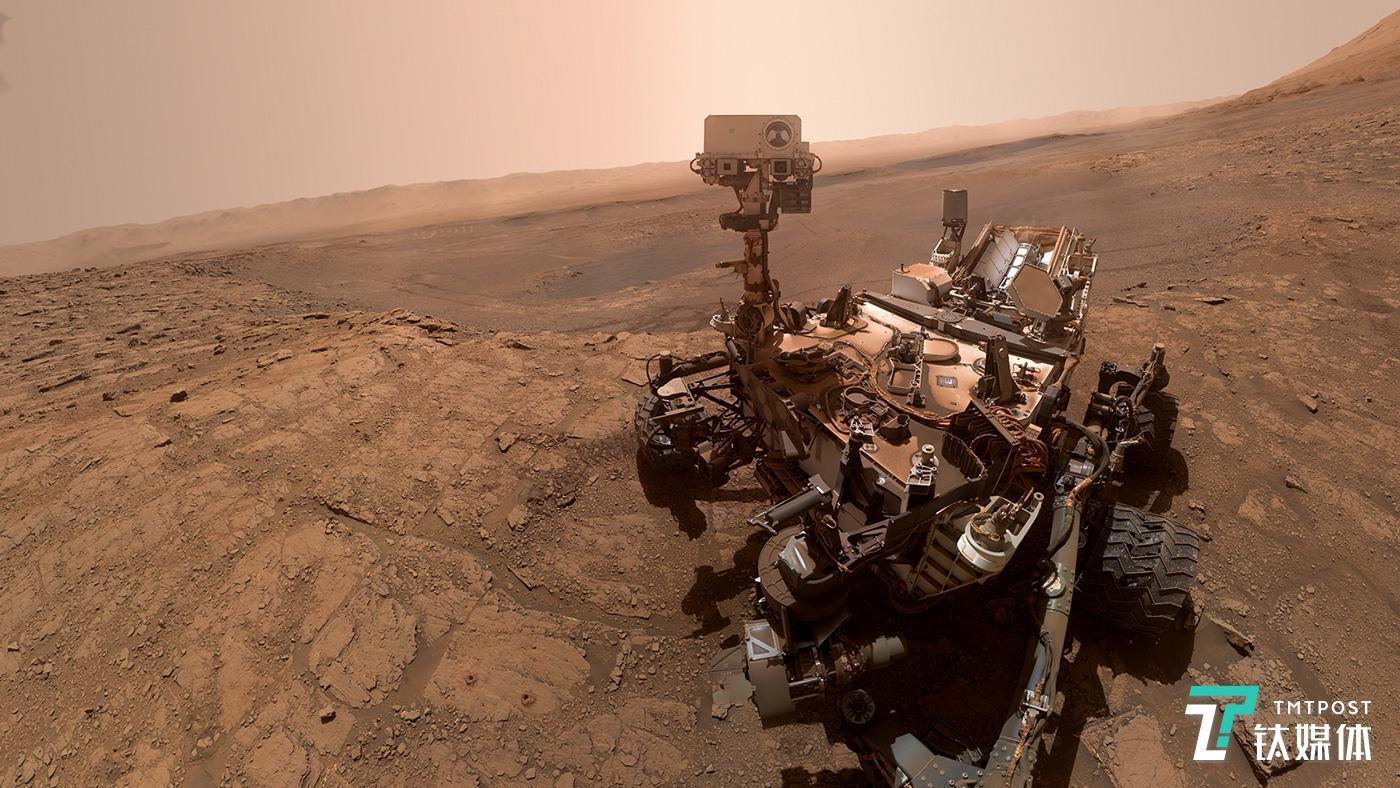 """10月27日,美国宇航局公布了一张在火星车""""好奇号""""在火星上拍摄的""""自拍照""""。(图/NASA)"""