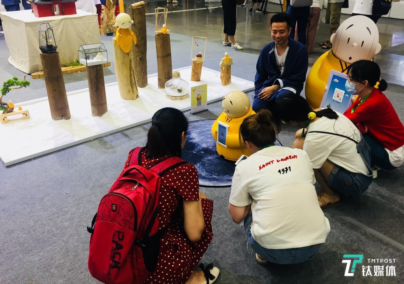 第一代贤二机器僧在TechCruch杭州2018展会上,图/钛媒体 付梦雯