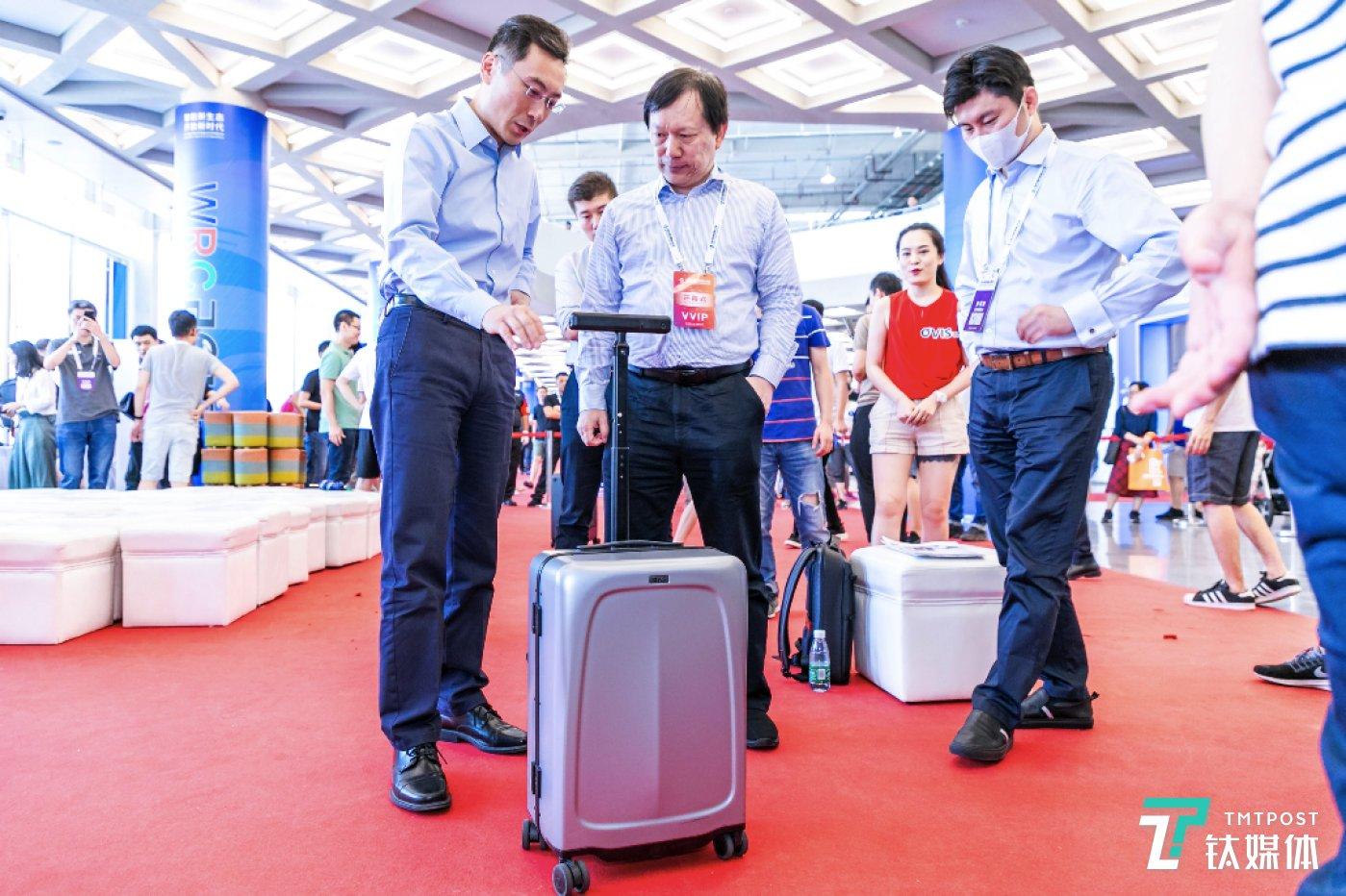灵动科技发布OVIS侧跟行李箱,可以自动跟随、智能躲避障碍